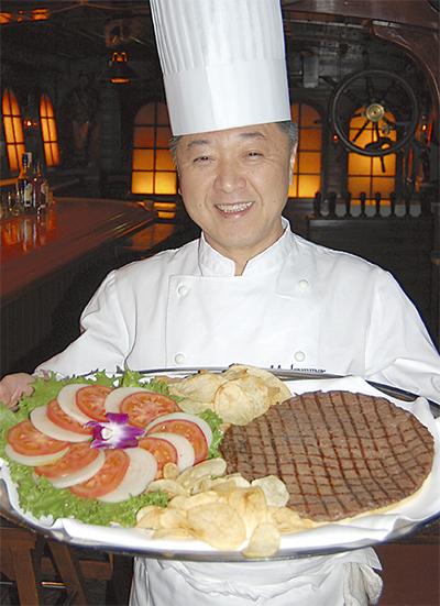 中華街の老舗バーで巨大バーガーを食す
