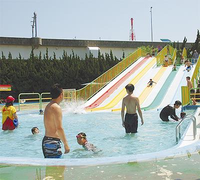 子どもたち 初泳ぎで笑顔