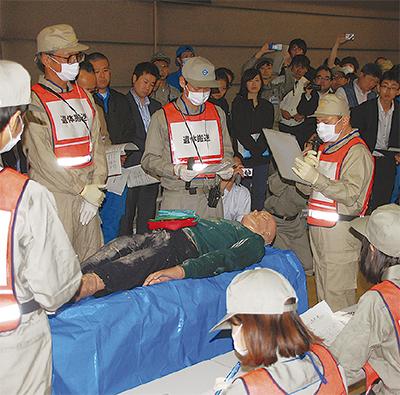 遺体想定の人形を前に受付確認を行う市職員ら 災害時の遺体取扱を訓練 | 中区・西区 | タウンニ