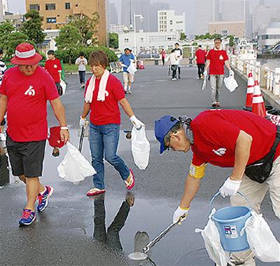 花火大会会場を清掃