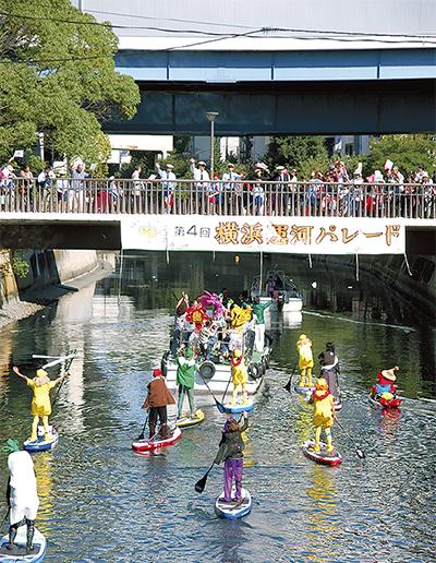 晴天のもと運河パレード