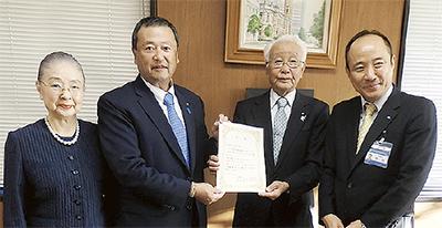 感謝状を受け取る高橋社長(左から2人目)