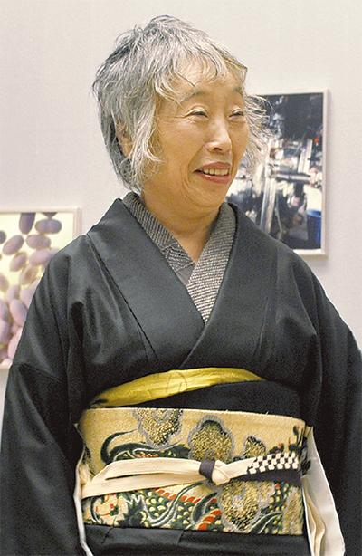 「絹」の展示室で写真撮影に応じる石内さん
