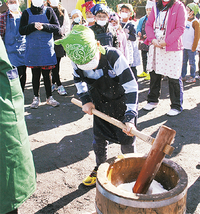 校内収穫米で餅つき