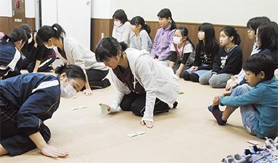 高校生の模擬試合を見つめる参加者たち