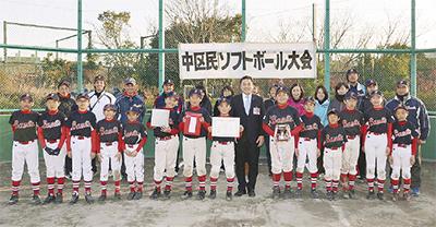 賞状とトロフィーを手に笑顔の選手たち