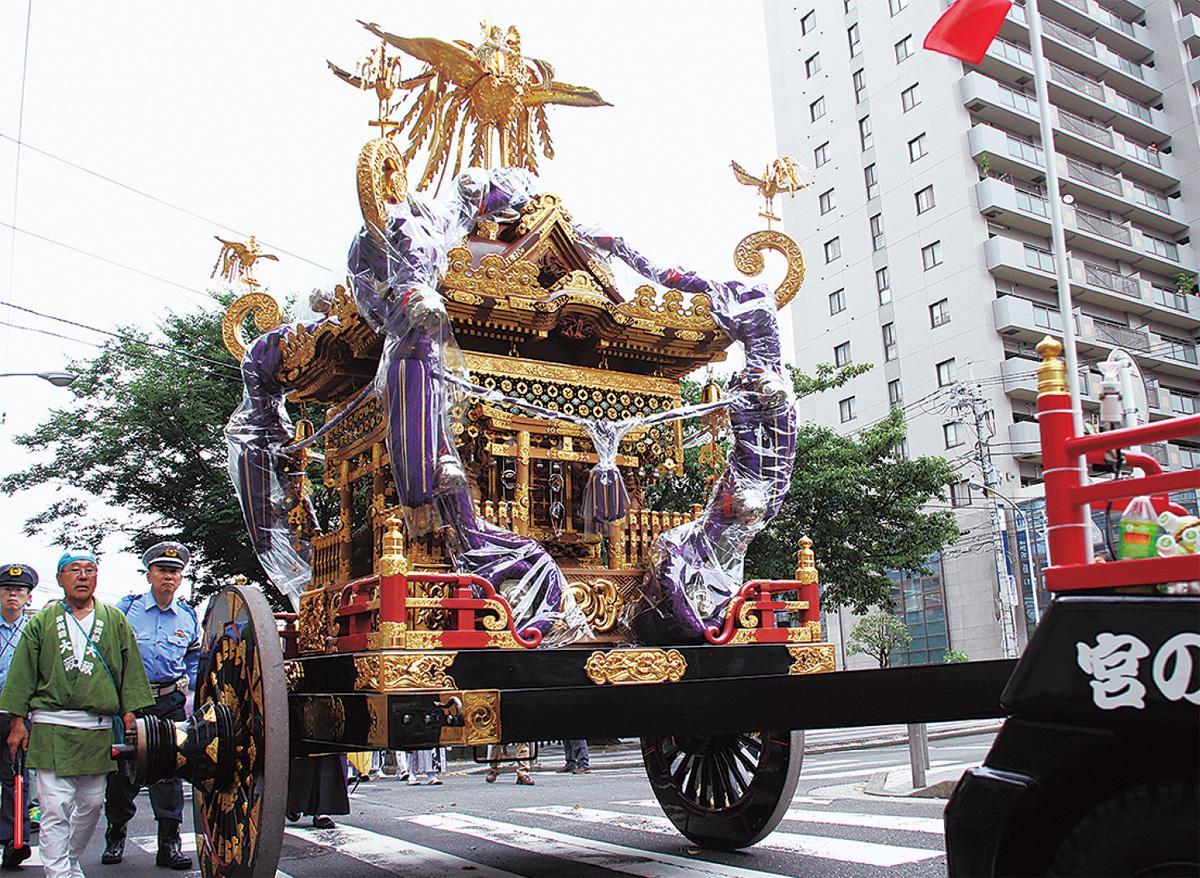 横浜一の「大神輿」練り歩く
