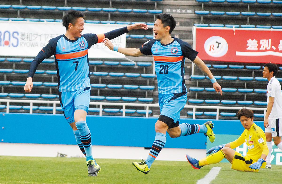 19分、デビュー戦でゴールを決め喜ぶ浅川選手(右)と宮尾選手