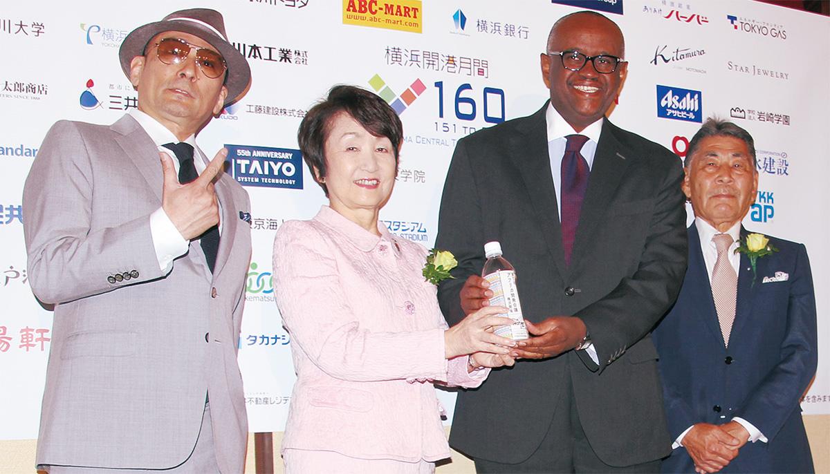 発表会に登壇した横山剣さん、林文子市長、ソロモン・マイナ大使、北村宏実行委員長