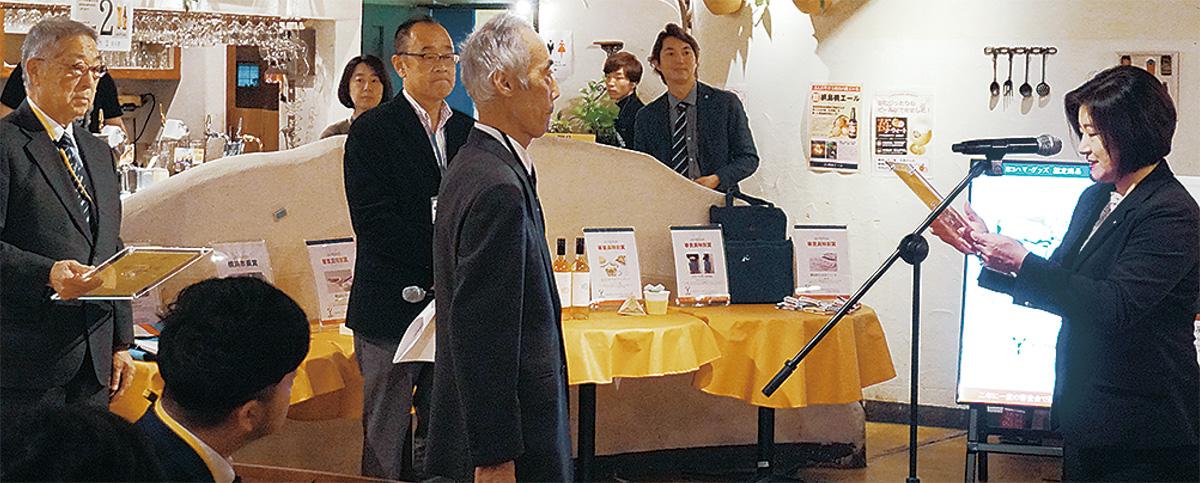 審査員長の池戸淳子横浜市文化観光局長(右)から表彰状が手渡された