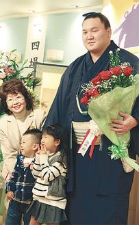 支援者から花束を受け取る白鵬関
