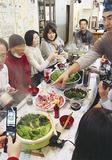 参加者の多くが携帯電話で鍋を撮影
