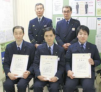 感謝状が贈られた(前列左から)土田さん、竹平さん、小泉さん。後列左は高松署長、右は二本木博明駅長