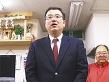 トップ当選を決め支持者にあいさつする自民党の渋谷氏(9日、午後11時50分ごろ)