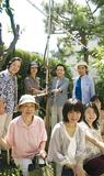 長崎さんが贈ったエノキを取り囲む和枝さん (後列右から2人目)と豆の木文庫のスタッフら