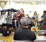 お三の宮通りまちづくり委員会が23日に行った音楽イベントでは高校生(左端)が司会を務めた