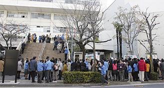 区庁舎の外へ避難した来庁舎と職員(3月11日午後3時ごろ、南区役所提供)