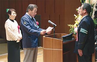 渡部署長(右)に決意表明を行う渡邊さん(中央)と上田さん