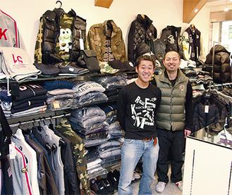 受賞を喜ぶ店長の笹本崇さん(左)
