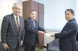 山田教育長(右)に意見書を渡す小島委員長(中)と安藤副委員長