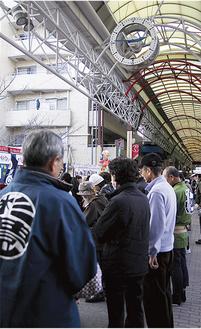 午後2時46分、弘明寺商店街中央の観音橋付近にいた約60人が黙とうをささげた