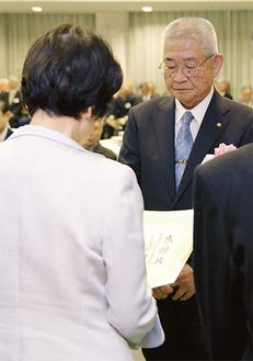 林市長(左)から感謝状を受け取る渡部さん