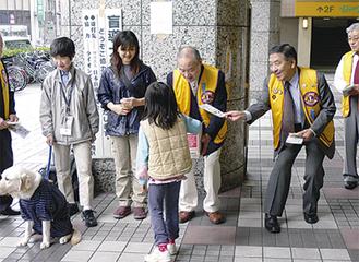 上大岡駅前で募金を行う