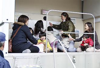 起震車で震度5強の地震を体験する子どもたち