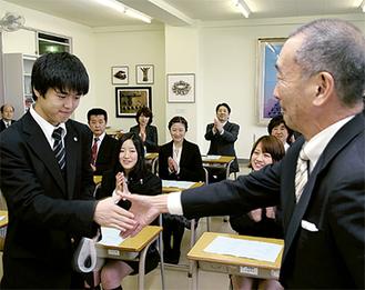 奨学金の目録を受け取る森松君(左)