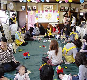12日の「ほっぺ中里」の第1回の開催には20組以上の親子が参加した
