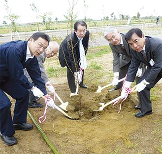相馬市の関係者と植樹する大津幸雄南区連会会長(左から2人目)、水野委員長(中央)、山口隆史区長(右から2人目)(南区役所提供)