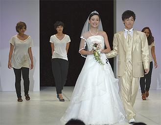 モデルの古賀さんと後方左から坂石さん、寺田さん、武田さん