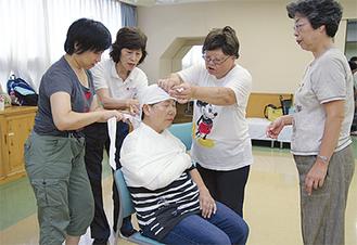 三角巾を使い、頭や腕の応急処置法を学んだ