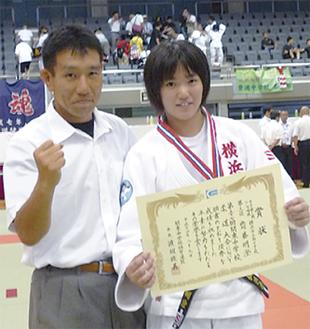 齋藤さん(右)と指導する竹内勝広教諭