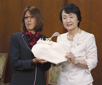 激励会で林市長(右)から記念品を受け取る加藤さん