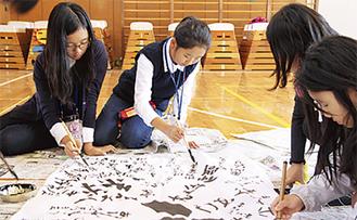 書道に挑戦する韓国の小学生