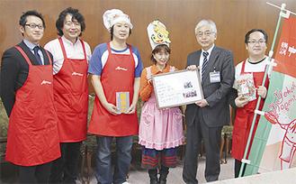 鈴木副市長(右から2人目)にメッセージを渡す田中さん(左から3人目)ら