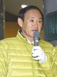 当選から一夜明けた17日朝、上大岡駅前で報告を行った菅氏