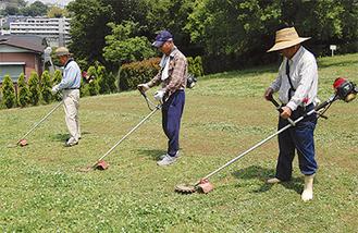 草刈りをする愛護会の会員