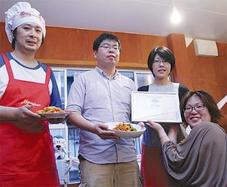 田中会長(左端)が石井さん(右下)に手渡した