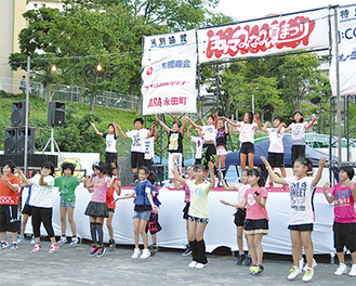 ダンスを披露する南永田そよかぜ学童クラブ