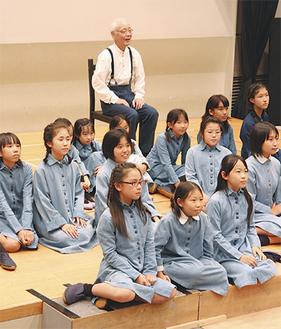 リハーサルを行う福島さん(奥)と子どもたち