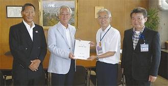 笠原支部長(中央左)が山口区長(同右)に要望書を手渡した