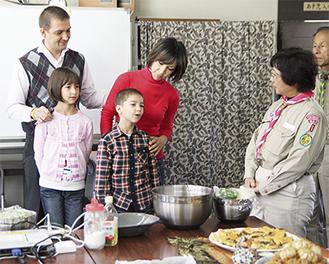 ルスランさん一家が文化や食について説明