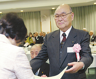 林文子市長(左)から賞状を受け取る千葉六男さん