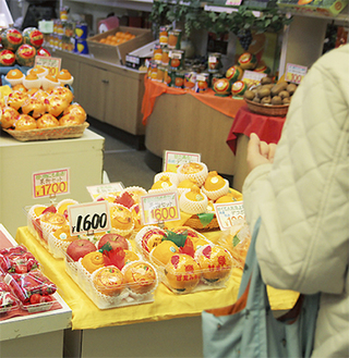 税込表示を続ける「スズキフルーツ」の店頭