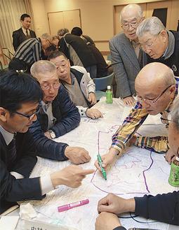 地図に情報を書き込む参加者