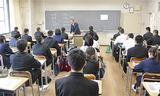 学科の説明を受ける生徒たち