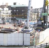 防音壁が設けられ工事が進む現場