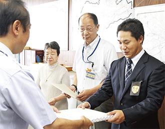牧島署長(左端)から感謝状を受け取る(右から)小川さん、山口さん、高松さん